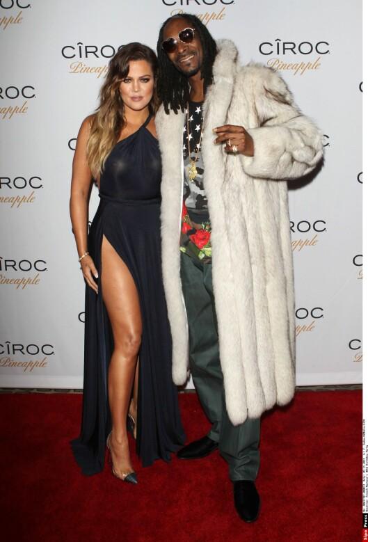 JENTEFUT: Snoop Dogg var sikkert fornøyd med å feste med brennheite Khloé i L.A. lørdag forrige helg. Rap-legenden var, i motsetning til reality-stjernen, godt påkledd.  Foto: All Over Press