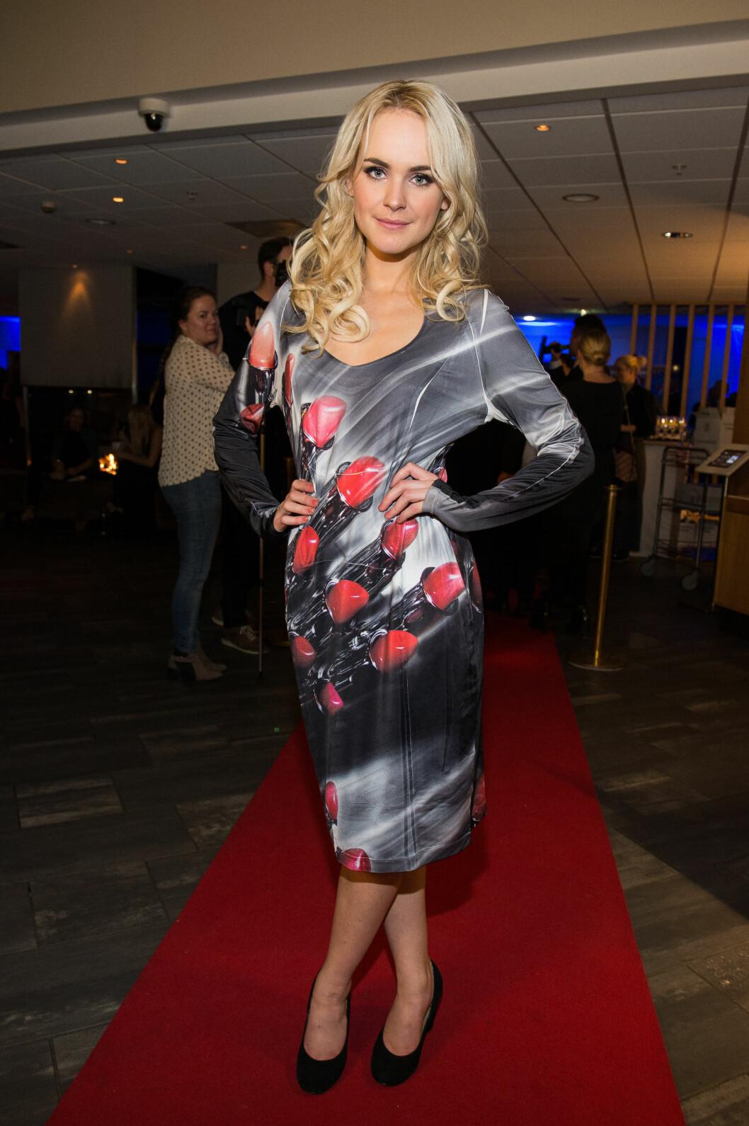PÅ SKAL VI DANSE-FEST: Linnea Myhre kom i en kopi av Siv Jensens berømte leppestift-kjole. Foto: Tor Gunnar Berland / Stella Pictures