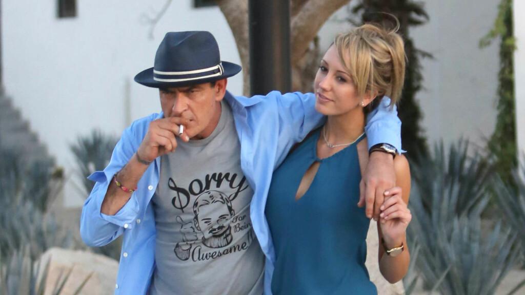 BRUDD: Åtte måneder etter forlovelsen tok forholdet mellom TV-stjernen Charlie Sheen og pornostjernen Brett Rossi slutt.  Foto: FAMEFLYNET