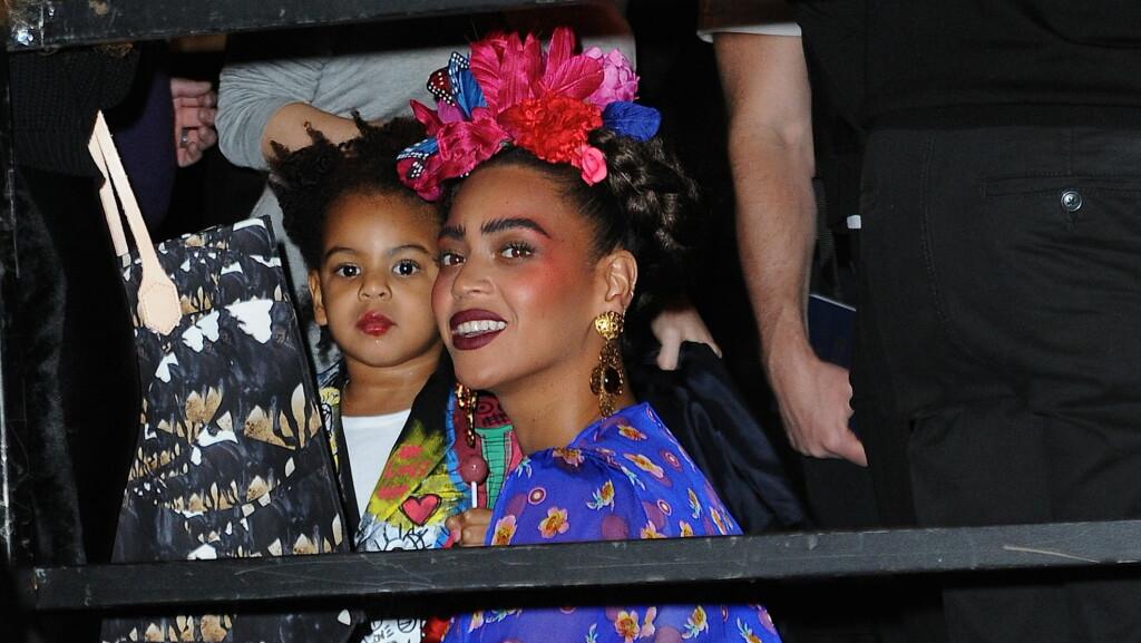 KLESSKIFT: Beyonce var både kledd ut som den meksikanske kunstneren Frida Kahlo og den amerikanske artisten Janet Jackson til Halloween. Her fra da Beyoncé og Blue Ivy overvar den årlige Halloween-paraden i New York fredag kveld. Foto: All Over Press