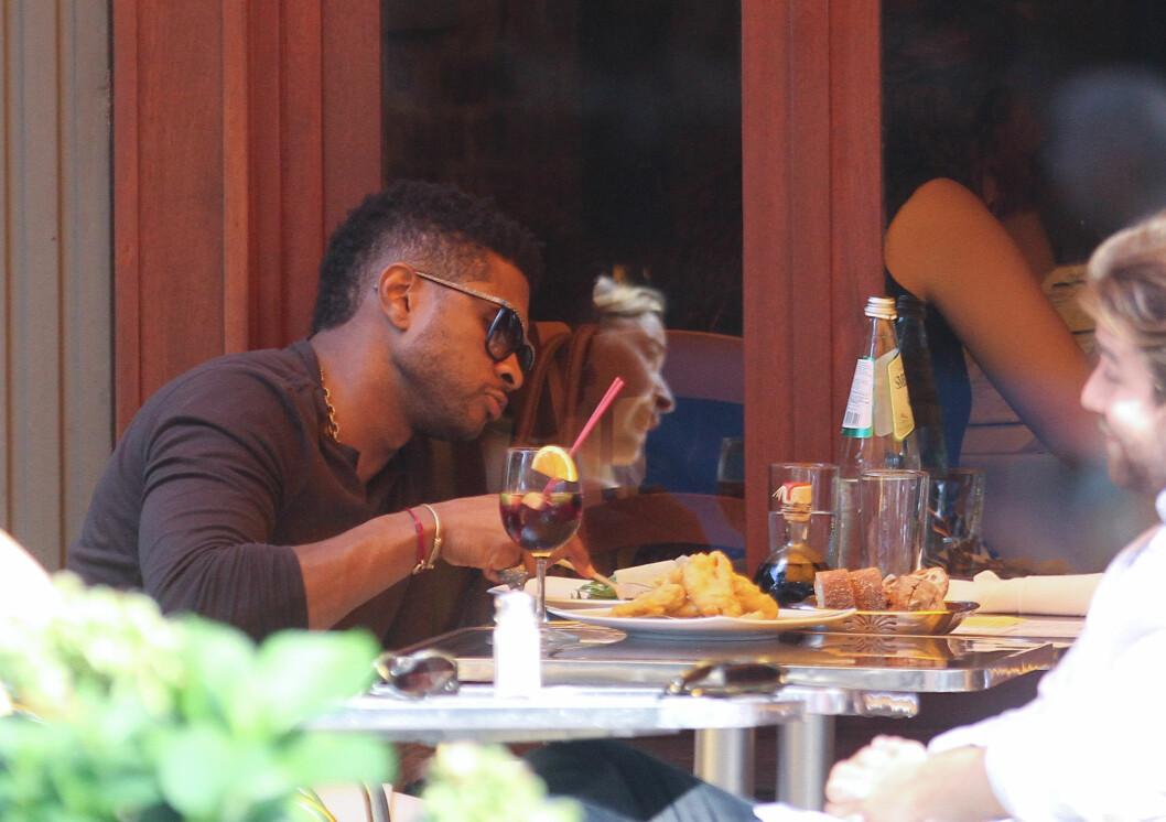 MATGLAD: Usher avbildet på den italienske restauranten Da Silvano i New York i august 2011, da han spiste lunsj - formodentlig en vegansk sådan - sammen med en venninne. Foto: Stella Pictures