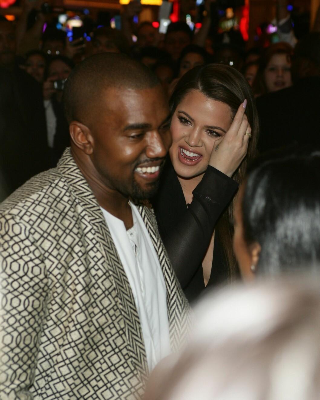 I GODT HUMØR: Kanye West og Khloé Kardashian slo smilende av en prat med kjente på TAO fredag kveld. Khloé feiret 30-årsdagen sin på den eksklusive nattklubben og restauranten i sommer. Foto: All Over Press