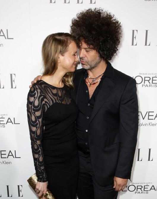 FORELSKET: Kjæresten Doyle Bramhall var ved Renées side på ELLE Women in Hollywood Awards i Beverly Hills mandag kveld. Skuespilleren takker ham for mye av livsstilsendringen sin. Foto: All Over Press