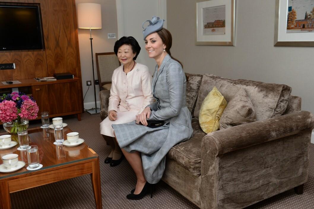 GOD TONE: Det ble et hyggelig gjensyn for Kate og presidentfruen Mary. Kate og William var nemlig presidentparets gjester under deres rundreise i Asia i 2012.  Foto: REX/All Over Press