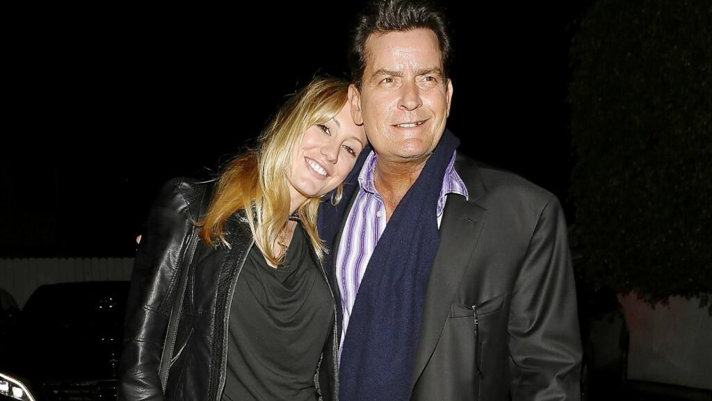 BRUDD: TV-stjernen Charlie Sheen og forloveden, mest kjent under artistnavnet Brett Rossi, har gått hvert til sitt en drøy måned før bryllupet. Her feirer de to 25-årsdagen hennes med en bedre middag i mai 2014.  Foto: X17online.com/All Over Press