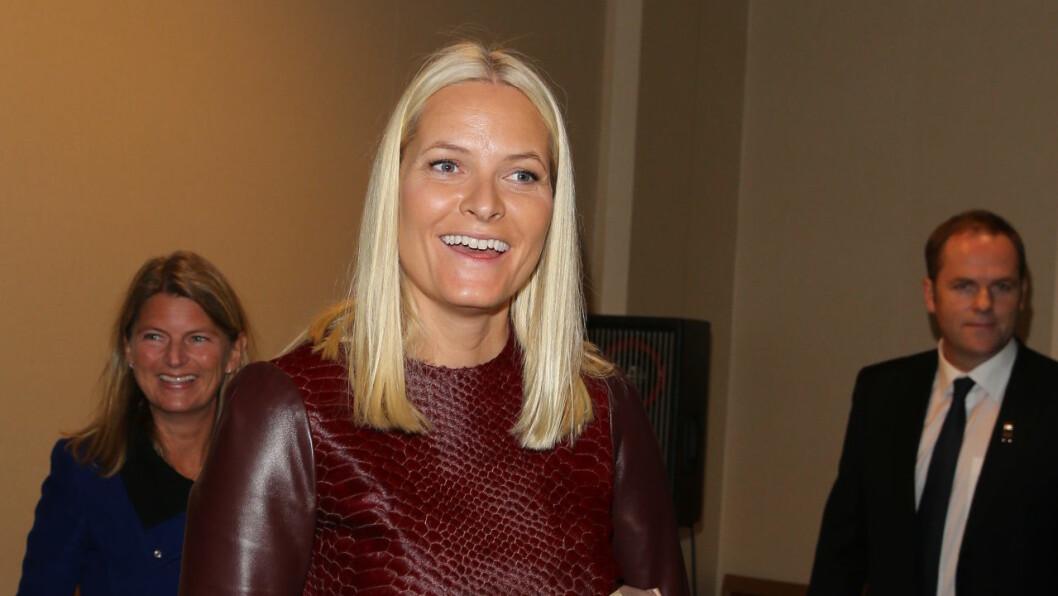 STRÅLTE: Mette-Marit hadde fått helt glatt hår for anledningen. Foto: Andreas Fadum