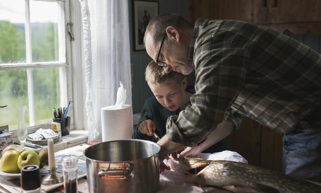 RIKARD OG BESTEFAR: Samuel Fröler gjør en strålende innsats som Erlings pappa. Her på kjøkkenet med Rikard (Amund Wiegand) før Erling skal av gårde til Afghanistan. Foto: NRK