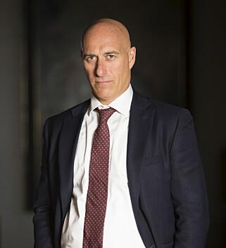 SIVIL PROFIL: Kommunikasjonsdirektør Kristoffer (André Jerman) vil ikke ha synlige soldater på hotellet. Foto: NRK