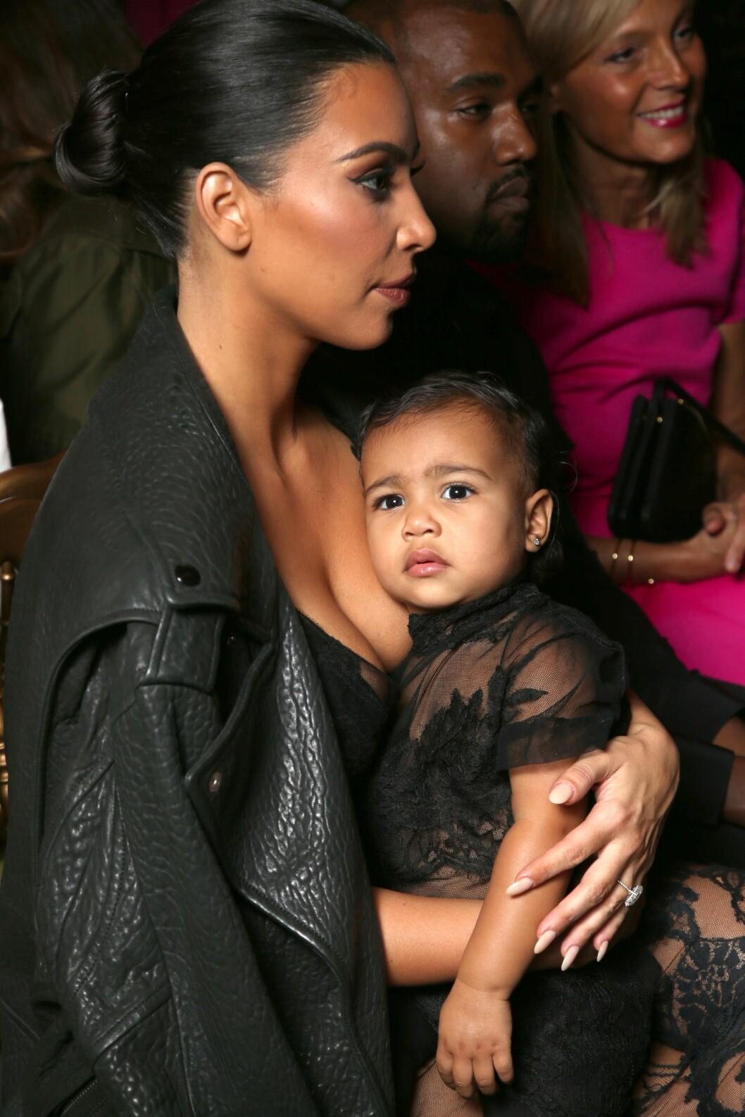 LIKE: Kim Kardashian og datteren North West i sorte blondeantrekk.  Foto: REX/All Over Press