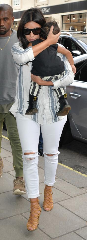 STRIPER: Kim og North i stripete antrekk ute i Londons gater, og Kanye med et lignende avslappet utrykk.  Foto: Palace Lee, PacificCoastNews/All