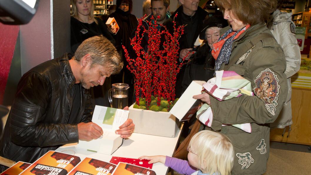 SUKSESS: Alle vil ha en bit av forfatter Karl Ove Knausgård. Her fra da han signerte bøker på Tanum bokhandel i Karl Johans gate i 2011. Foto: Andreas Fadum