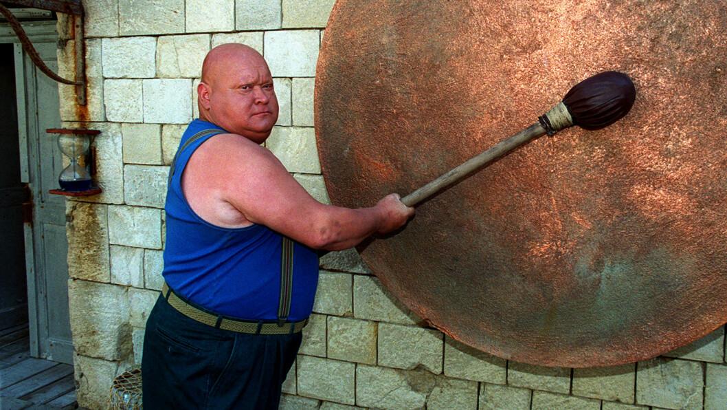 VELKJENT FJES: Yves Marchesseau hadde rollen som La Boule, mannen som slo på gong-gongen i Fangene på fortet. Søndag døde han, 62 år gammel. Foto: All Over Press