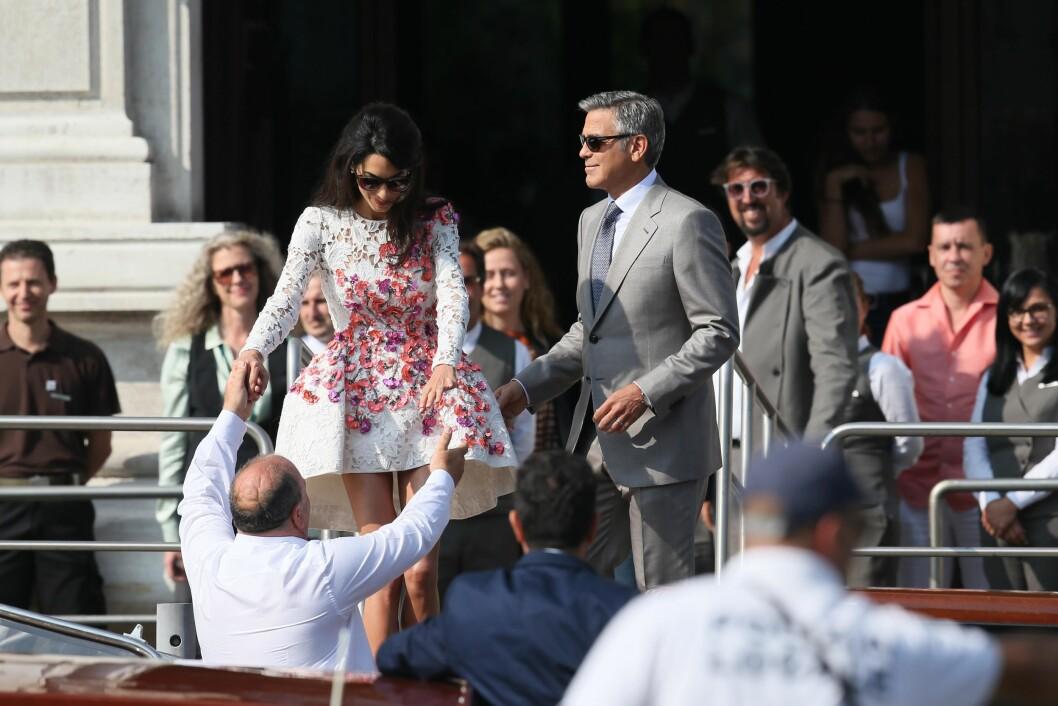 FESTKLARE IGJEN: Amal Alamuddin og George Clooney gledet seg sikkert til å fortsette feiringen med en bedre brunsj sammen med gjestene sine søndag ettermiddag. Her forlater de Aman Canal Grande sammen. Foto: Splash News/ All Over Press