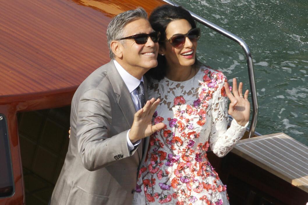 LYKKELIGE: Det vanligvis så private paret klarte ikke la være å smile og vinke mens de var ombord i kanalbåten på Canal Grande søndag ettermiddag. Foto: Splash News/ All Over Press