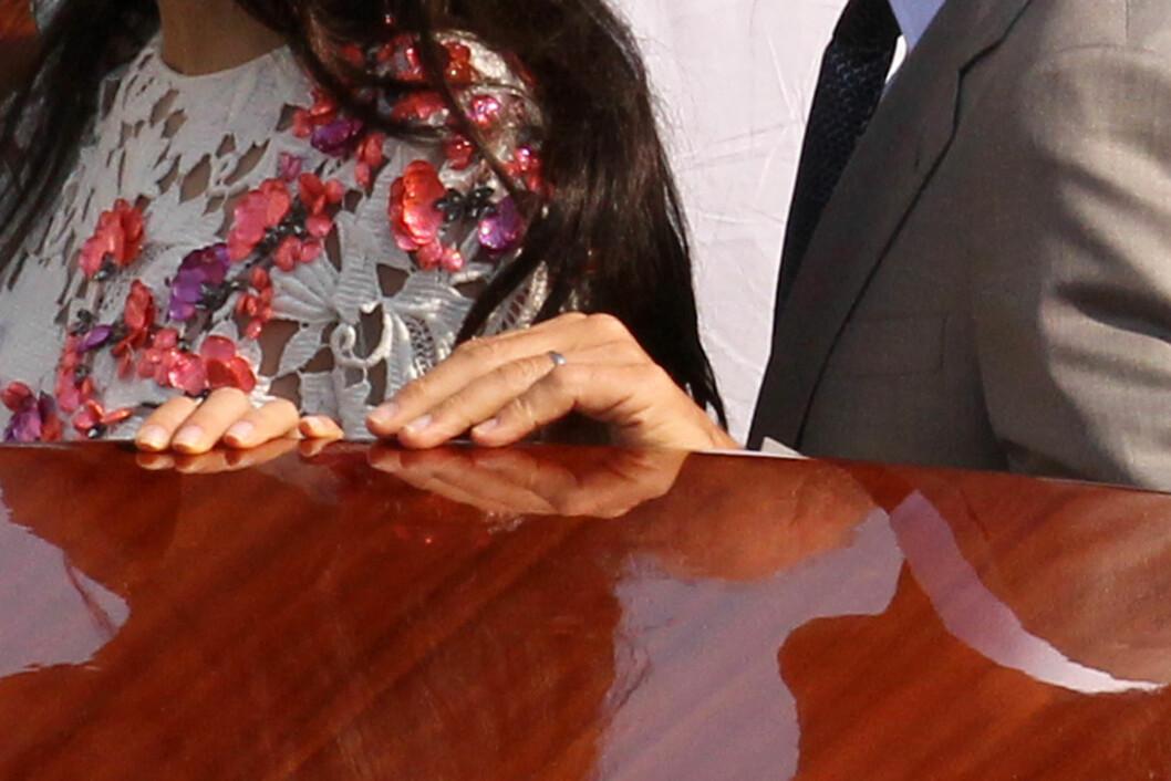 BEVISET: George Clooney fotografert med sin diskrete giftering på venstre ringfinger. Foto: Splash News/ All Over Press