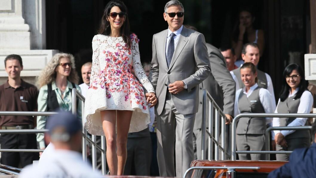 HÅND I HÅND: Nygifte George Clooney og Amal Alamuddin forlot luksushotellet Aman Canal Grande i Venezia hånd i hånd søndag ettermiddag, for å bli fraktet i en kanalbåt til Hotel Cipriani - der bryllupsgjestene møttes til en stor brunsj. Foto: Splash News/ All Over Press