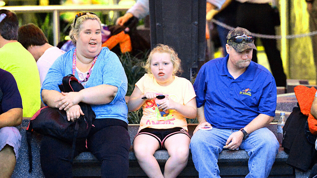 FAMILIETRØBBEL: Moren og faren til TV-stjernen Alana «Honey Boo Boo» Thompson (midten) skal ha bestemt seg for å skilles. Her er de tre sammen i Disney World, Florida i romjulen 2013.  Foto: All Over Press