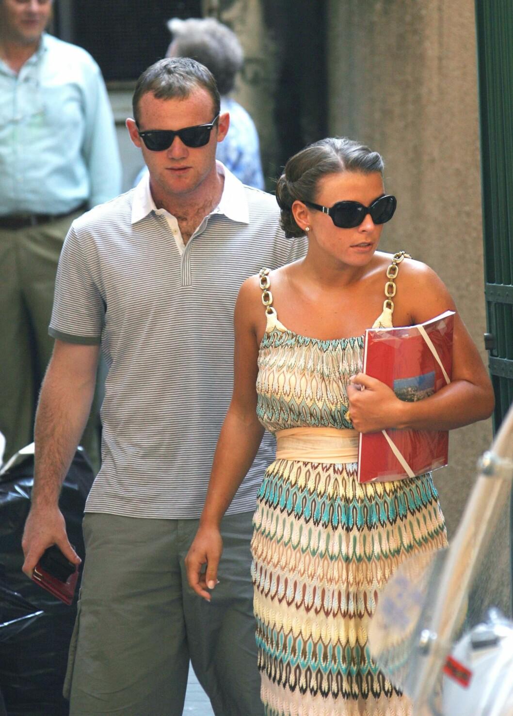 SA JA I ITALIA: Wayne Rooney og Coleen. Her er de fotografert utenfor rådhuset dagen før bryllupet. Foto: All Over