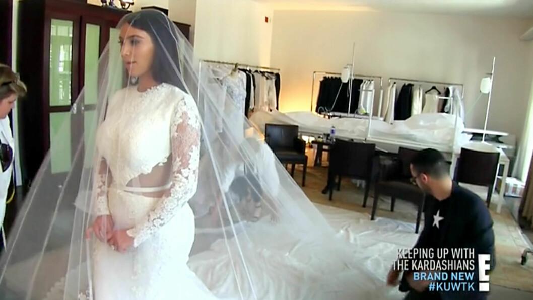 ALT BLE DOKUMENTERT: Kim Kardashian rømte USA for å gifte seg med Kanye West. Men ikke for å slippe unna oppmerksomhet - alt ble jo filmet for TV-serien hennes. Her er hun idet hun gjør seg istand på den store dagen. Foto: All Over
