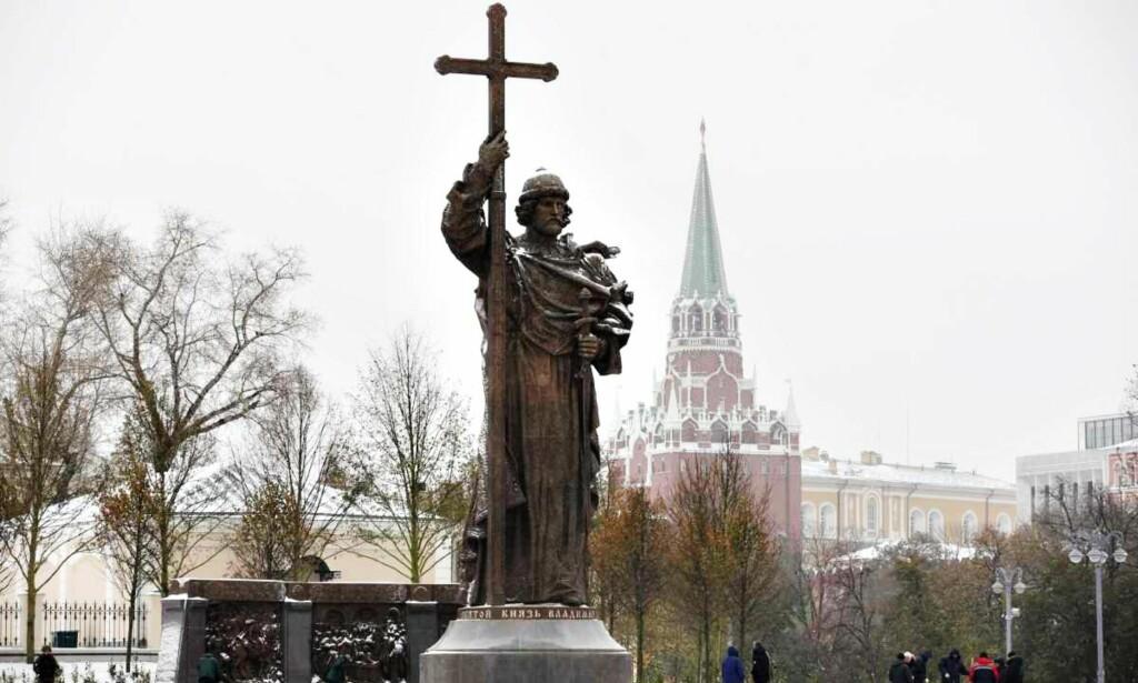 PÅ SOKKEL: Statuen av mor Russlands far, prins Vladimir, ble i helga avduket ved Moskva-elvas bredd.