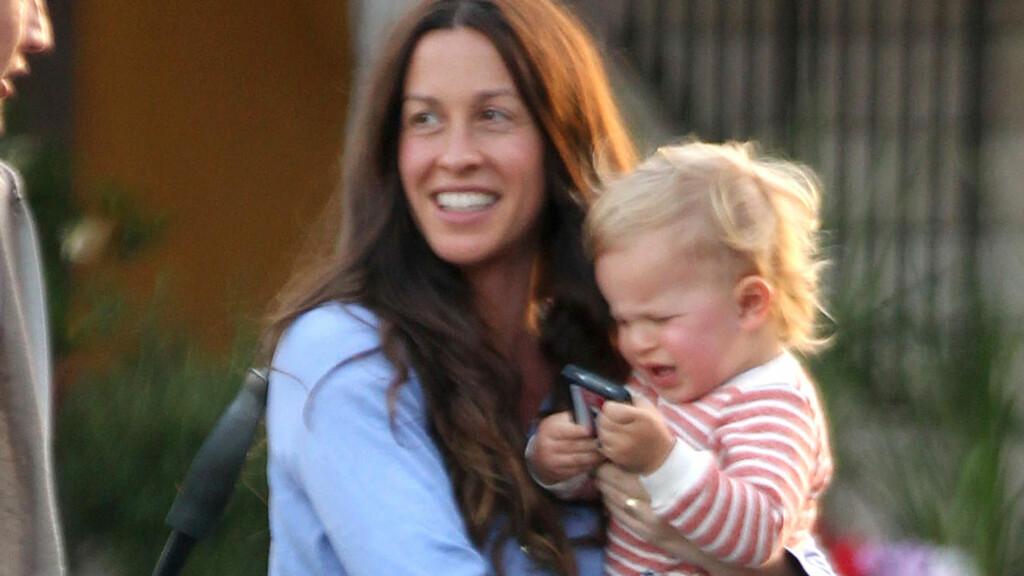 GLEDELIG NYHET: Alanis Morrisette - her med sønnen Ever - kan glede seg over at familien er komplett igjen. Foto: Stella Pictures
