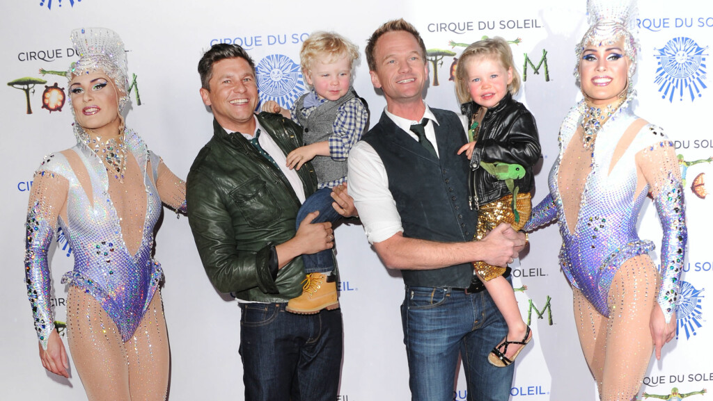 SKJØNN FAMILIE: Neil Patrick Harris og ektemannen David Burtka har tvillingbarna Gideon Scott og Harper Grace (4) sammen. Her er firerbanden fotografert under Cirque du Soleil-premiere i Santa Monica i California i slutten av januar. Foto: insight media/All Over Press