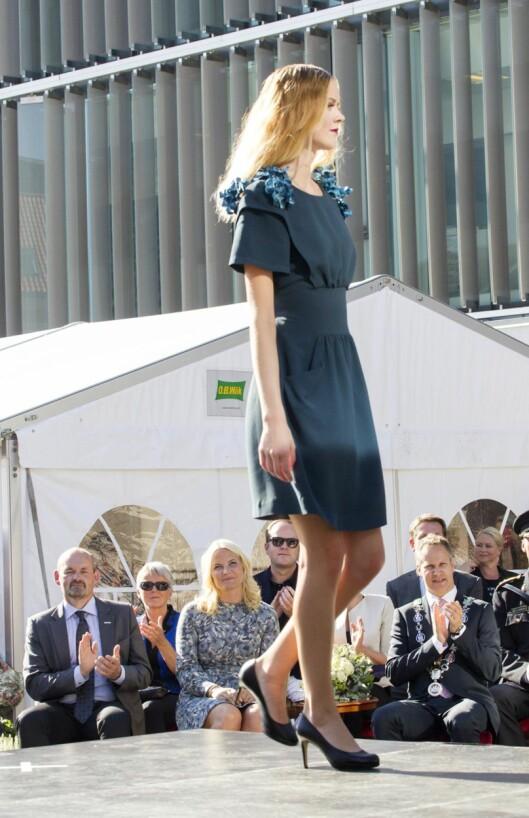 CATWALK: Mette-Marit satt på første rad da hennes omsydde Prada-kjole ble vist på catwalken i Fredrikstad under Gjenbruksdag. Foto: Andreas Fadum