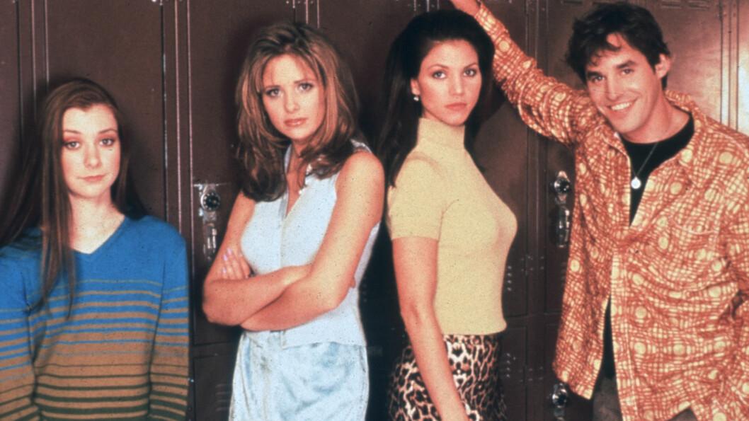 SUKSESS-SERIE: Charisma Carpenter (nummer tre fra venstre) spilte en av hovedrollene i TV-serien Buffy The Vampire Slayer. Her er hun sammen med Alyson Hannigan, Sarah Michelle Gellar og Nicholas Brendon. Foto: All Over Press