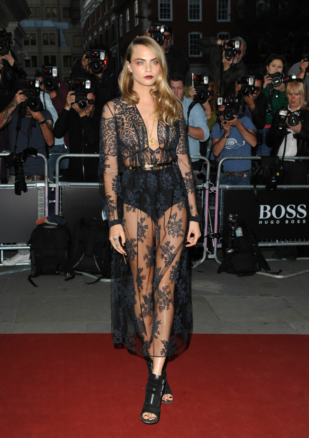 2 September 2014. GQ Men of the Year Awards 2014 held at SENSUELL: Toppmodell Cara Delevingne gikk for sorte blonder og burgunderrøde lepper på GQ Awards på The Royal Opera House i London.  Foto: Stella Pictures