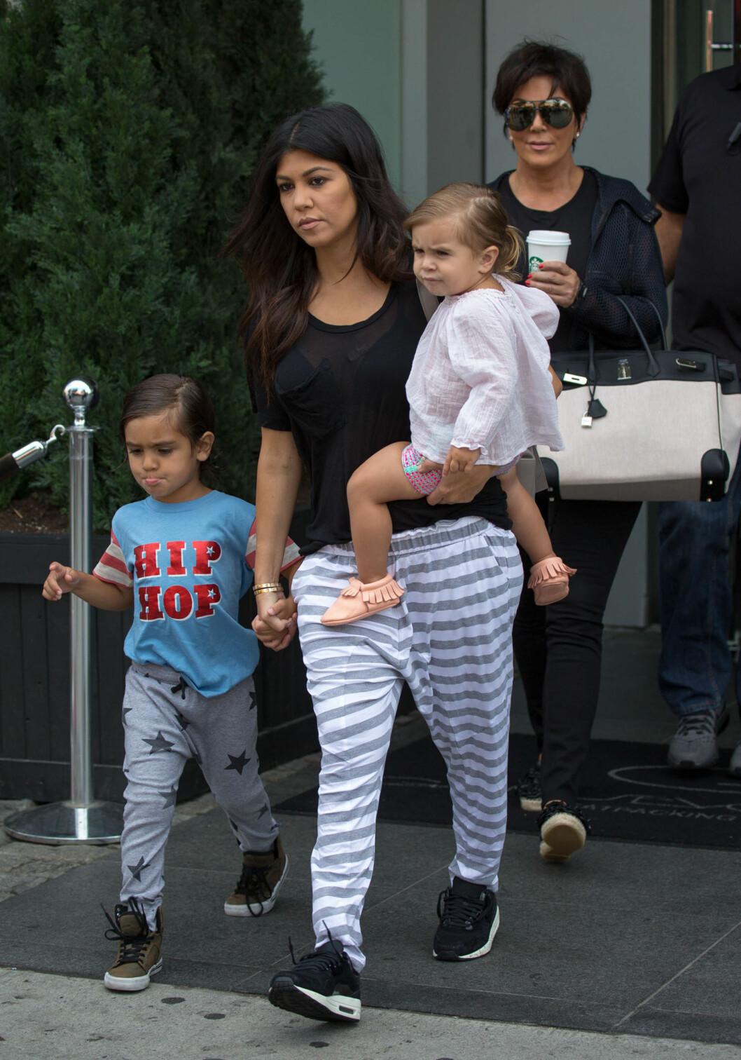 MYE ANSVAR: I reality-episoden klager Scott over hvor slitsomt det er å reise rundt med småbarn, men som oftest er det Kourtney som avbildes på reisefot med de små. Her på vei til the Hamptons i juni, sammen med mamma Kris Jenner (t.h).  Foto: Stella Pictures