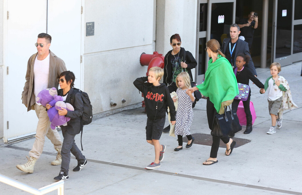 MED PÅ MOROA: Brad og Angelina med hele sin barneflokk på flyplassen i Los Angeles. Alle barna skal ha fått en rolle under vielsen ifølge New York Post. Foto: FameFlynet