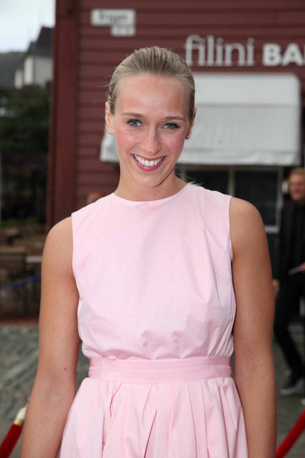 TV 2s HØSTLANSERING: Programleder Katarina Flatland valgte rosa kjole og oppsatt hår for anledningen. Foto: Stella Pictures