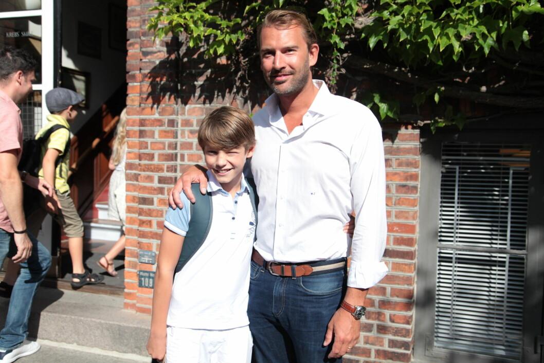 SMILTE TIL PRESSEN: Prins Felix ble fulgt av stefar Martin Jørgensen da han møtte til skolestart i Danmark. Foto: Stella Pictures