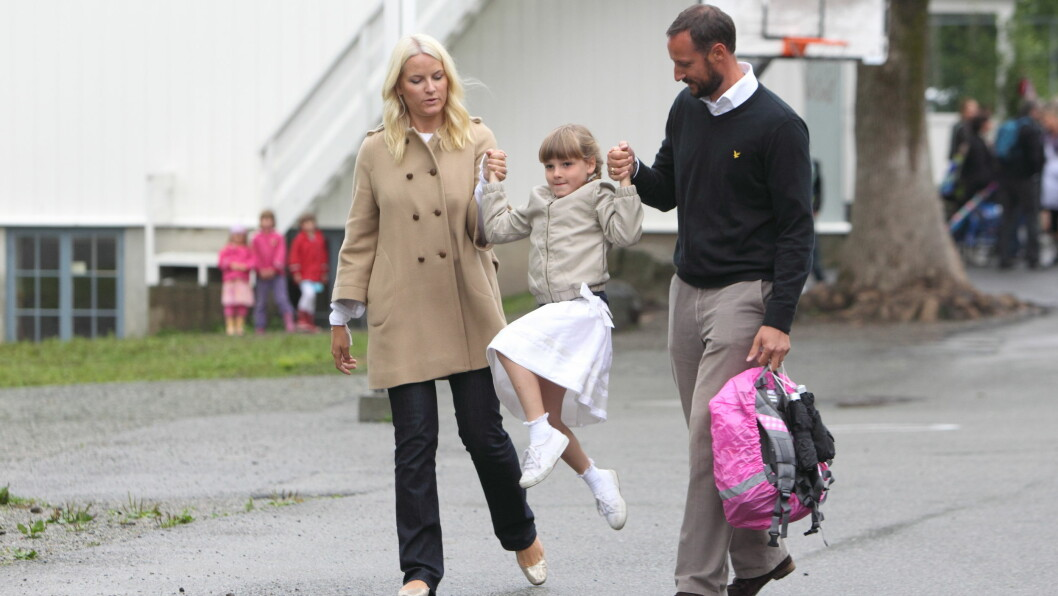 JANSLØKKA SKOLE: Prinsesse Ingrid Alexandras første skoledag på Jansløkka i Asker. Her med kronprins Haakon og kronprinsesse Mette-Marit. Foto: Se og Hør