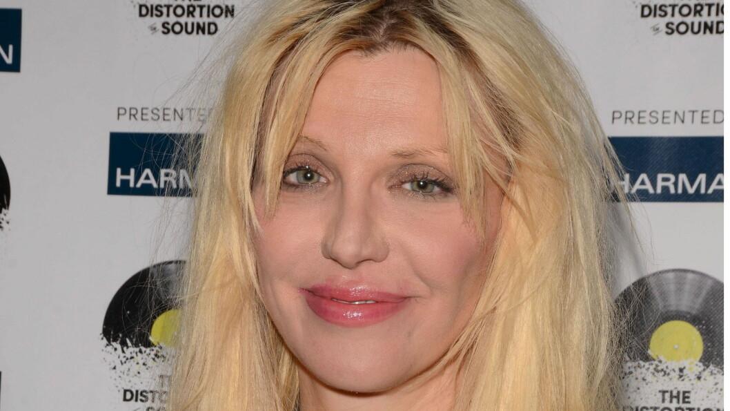 <strong>DYR LÆREPENGE:</strong> Courtney Love smiler til tross for at hun har surret bort enorme summer. Foto: All Over