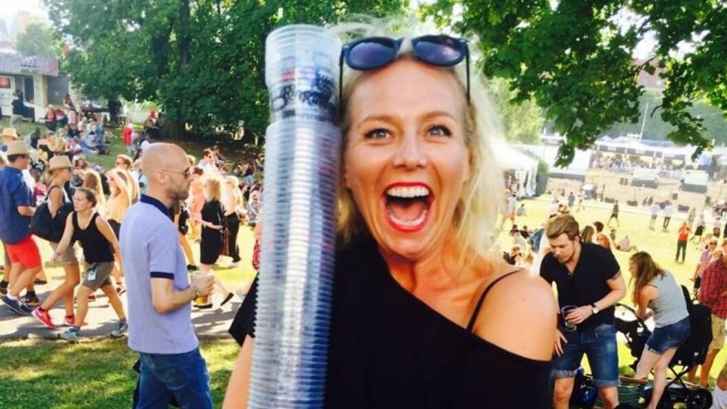 SAMLET PLASTGLASS: Linn Skåber koste seg med musikk og venner i Tøyenparken på Øyafestivalen sist uke.  Foto: Privat