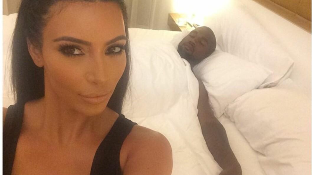 VISER FRAM PRIVATLIVET: Det er lite som er for privat for Kim Kardashian. Her er en selfie med en sovende Kanye West i bakgrunnen. Foto: Instagram/KimKardashian