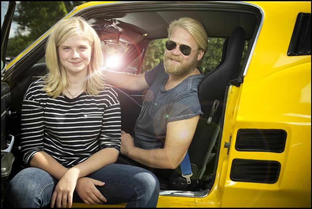 DUO: Anders Baasmo og Ida Husøy fant tonen raskt i rollene som far og datter. Her med filmens tredje hovedrollekarakter – Ford Mustang'en «Lillegul». Foto: Henning Jensen