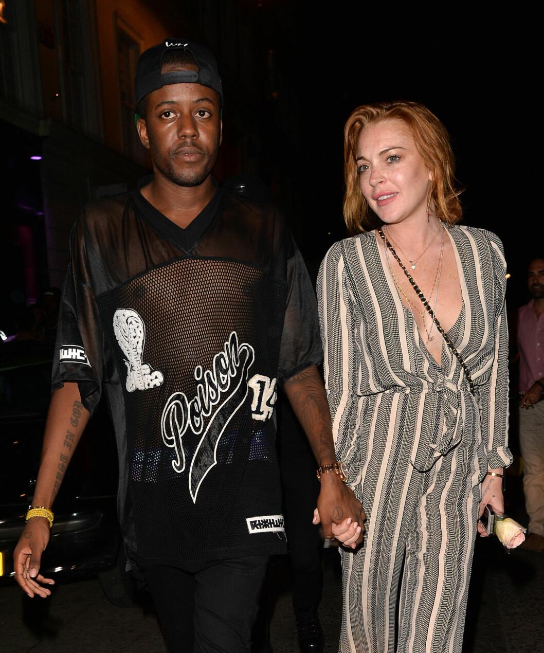 GODE VENNER: Lindsay har funnet tonen med designeren Vas J Morgan på Ibiza. Han er også kjent fra TV-serien «The Only Way is Essex». Foto: Gotcha Images / Splash News/ All Over Press