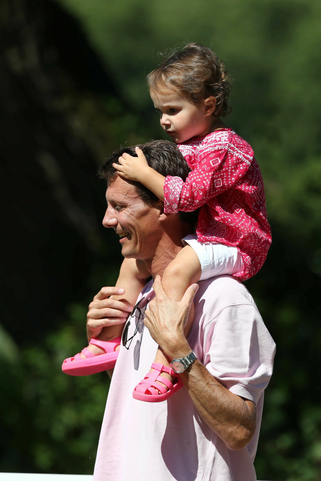 SITTER TRYGT: Prins oachim med prinsesse Athena på hodet. Foto: action press/All Over Press