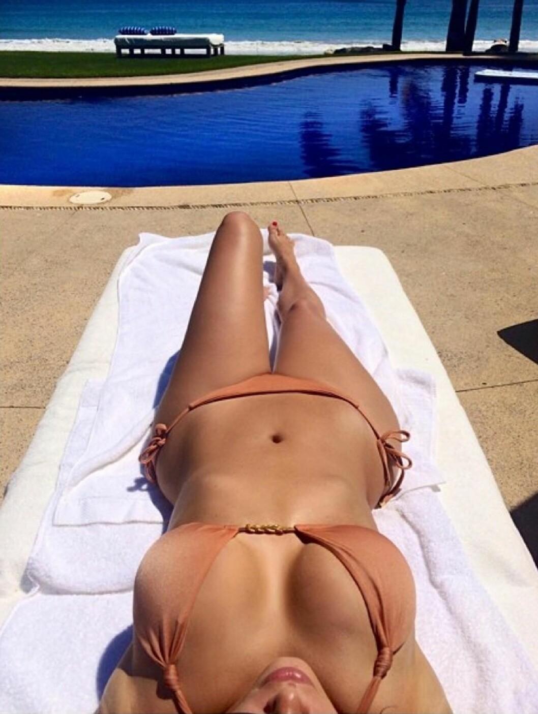 SELFIE: Kim tok en selfie av sin smukke bikinikropp i Thailand.  Foto: Supplied by LMK Media/All Over P