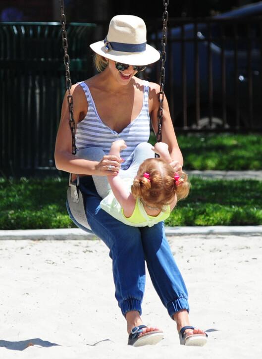 TRAVEL SMÅBARNSMAMMA: Jessica Alba elsker å være aktiv med døtrene Honor og Haven. Her i parken med minstejenta tidligere i vår. Legg merke Albas trendy sandaler fra det tyske skomerket Birkenstock. Foto: Stella Pictures