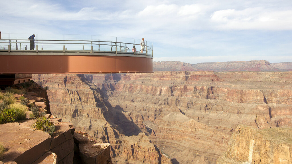HIT MEN IKKE LENGER: Den forholdsvis nye Skywalken gir litt av en utsikt over Grand Canyon. Foto: All Over