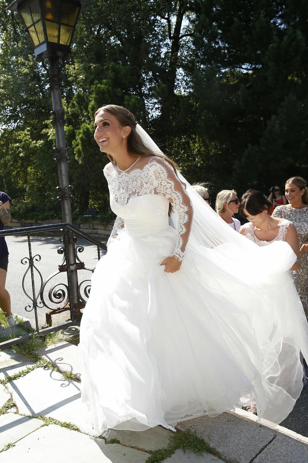 VAKKER I HVITT: Tale kunne ikke sett mer lykkelig ut i sin vakre brudekjole. Foto: Espen Solli