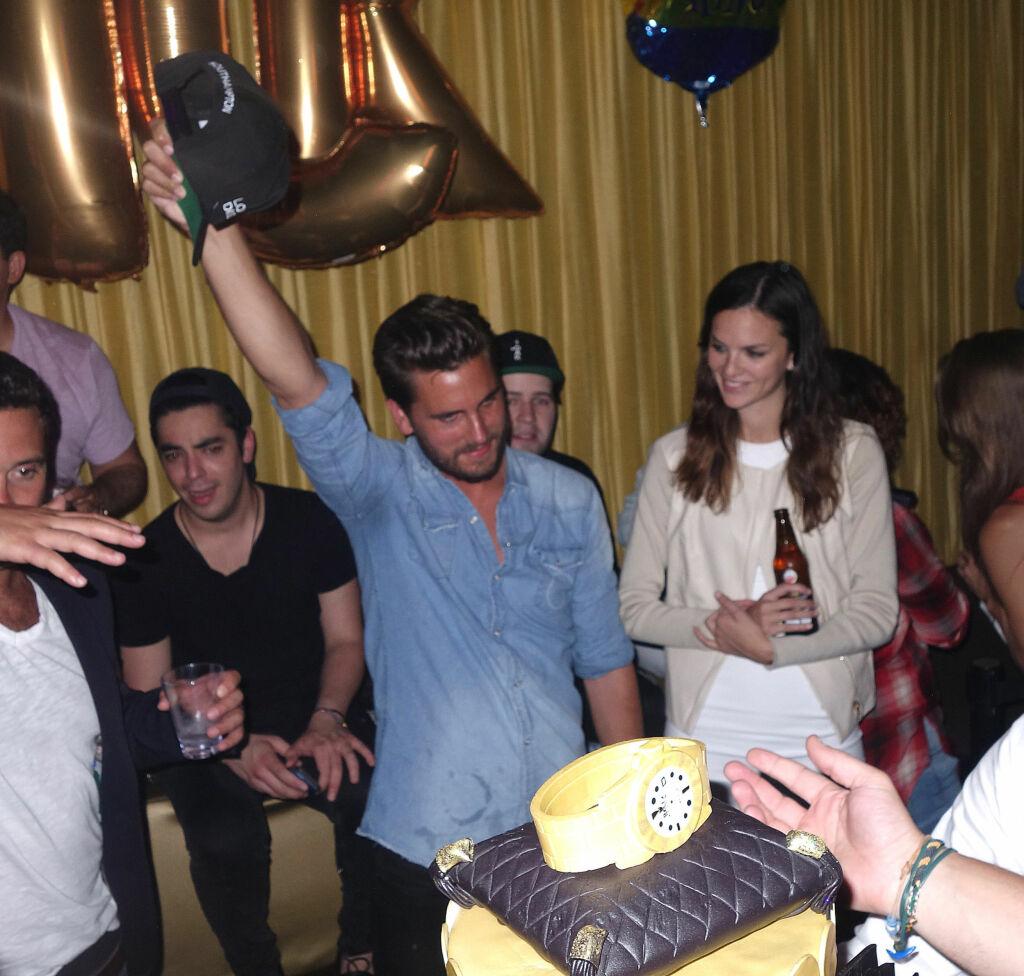 FEIRET SEG SELV: Gullballonger som stavet navnet hans og en kake med gullklokke-dekor måtte til på realitystjernens bursdagsfest. På capen, som er spesiallaget, var teksten «Lord Disick» brodert på.  Foto: Splash News/ All Over Press