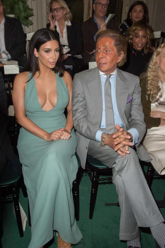 FØRSTE RAD: Kim Kardashian og Valentino Garavani er gode venner, og realitykjendisen var selvskreven date for den italienske moteskaperen under hans Haute Couture-show onsdag ettermiddag. Foto: (c) Stephane Cardinale/People Avenue/Corbis/All Over Press