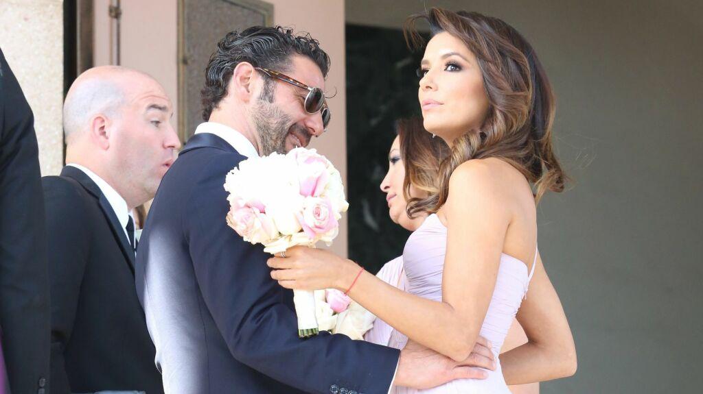 BEUNDRENDE BLIKK: Så flott du er, neste gang er du bruden, kunne man lese i ansiktet til Evas stolte kjæreste Jose Antonio. Foto: All Over Press