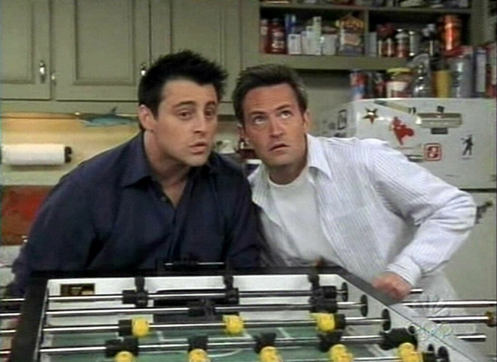 DEN SISTE EPISODEN: Joey og Chandler i et klassisk Friends-øyeblikk.  Foto: Splash News/NBC/ All Over Press