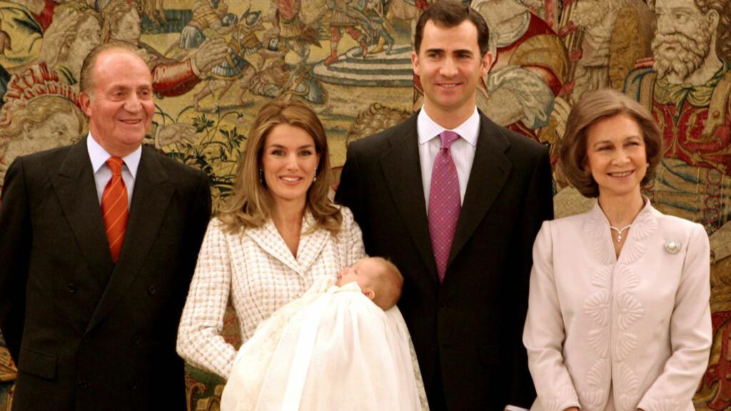 NYTT KONGEPAR: 18. juni går kong Juan Carlos og dronning Sofia av som Spanias regenter, og overlater roret  til sønnen kronprins Felipe og hans kone kronprinsesse Letizia. Her fra dåpen av eldstedatteren Leonor i 2006. Foto: (c) Pool/Corbis/All Over Press