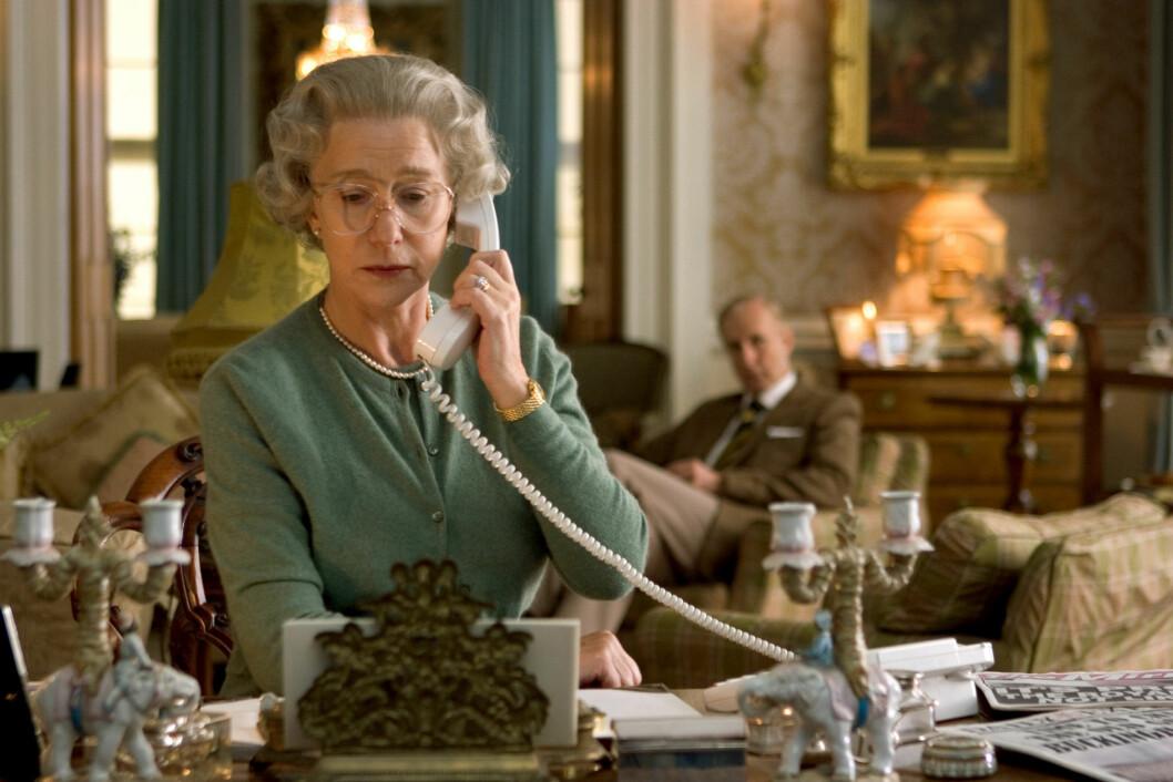 FILMSTJERNE: Helen Mirren fikk mye ros for sin rolle som dronning Elizabeth i filmen «The Queen». Her er hun i en scene fra filmen. Foto: Stella Pictures